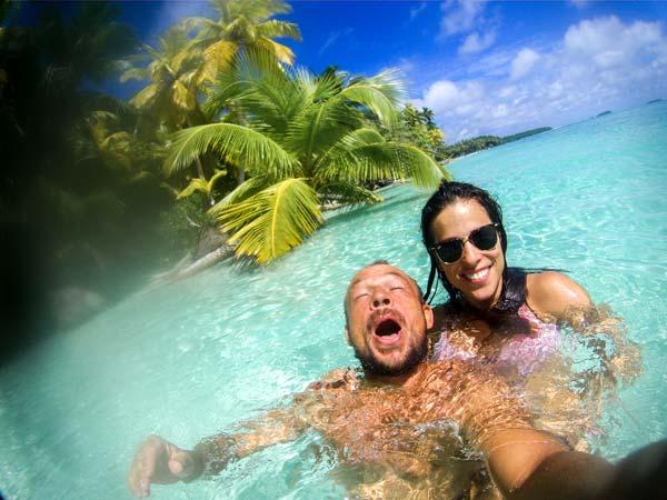 Sebastian und Jacqueline in Chagos im Meer