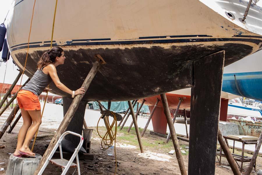 Boot beim Refit auf Stelzen