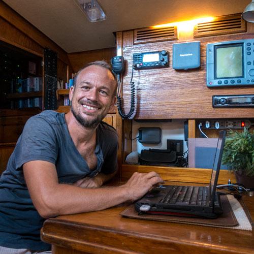 Captain Sebbi am Kartentisch